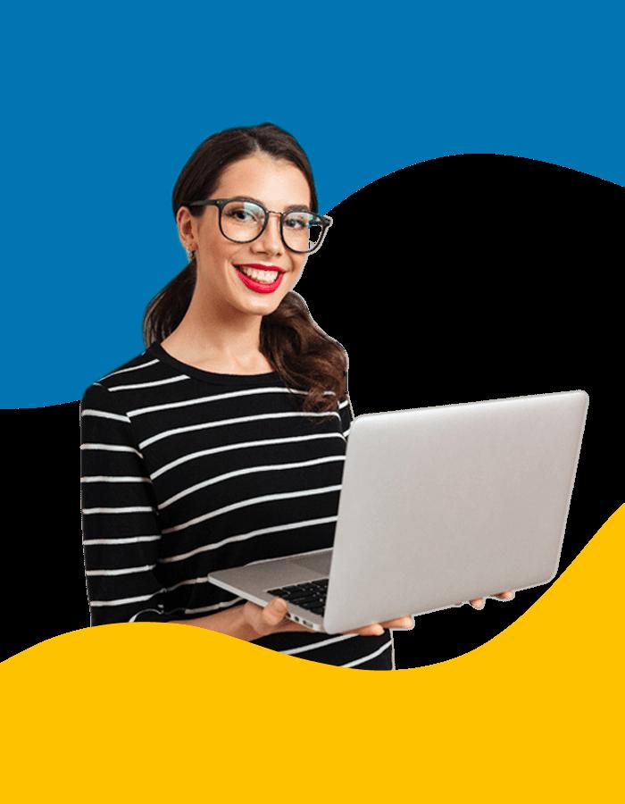 BluCactus - Junge Frau mit grosser Brille und Laptop freut sich ueber Ergebnisser der Werbeagentur