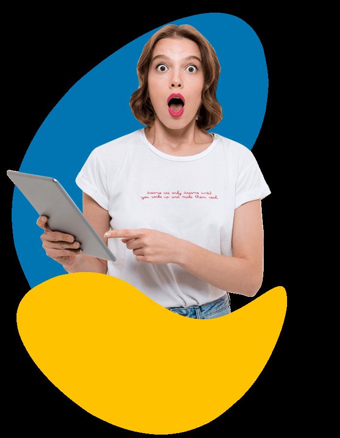 BluCactus - Erstaunte junge Frau mit Tablet in der Hand